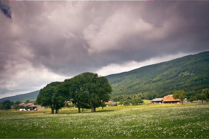 Paysage et village du Pied du Jura au printemps.